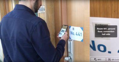 L'ospite legge il numero della stanza scansionando il QR-Code posto sulla maniglia